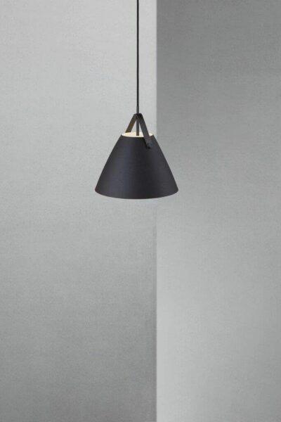 Nordlux Pendelleuchte Strap 27 Schwarz schwarzes Lederband Milieu