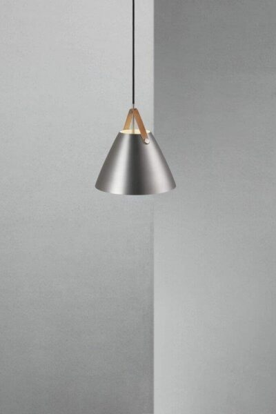 Nordlux Pendelleuchte Strap 27 gebürsteter Stahl braunes Lederband Milieu