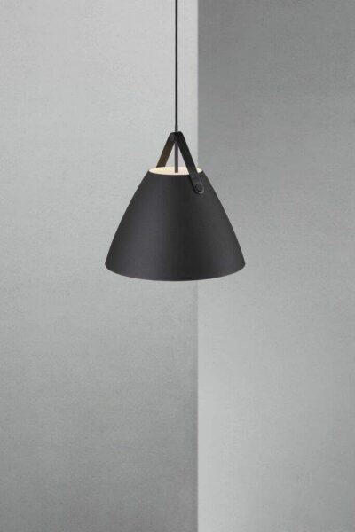 Nordlux Pendelleuchte Strap 36 Schwarz schwarzes Lederband Milieu