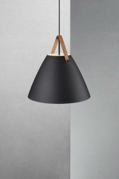 Nordlux Pendelleuchte Strap 48 Schwarz braunes Lederband Milieu