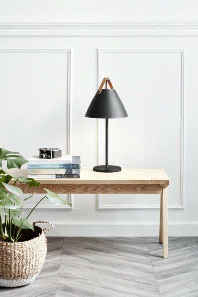Nordlux Tischleuchte Strap Schwarz braunes Lederband Milieu_1
