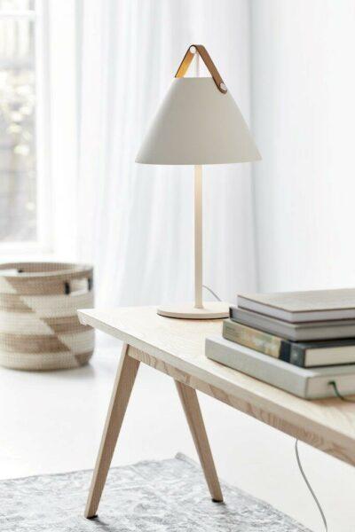 Nordlux Tischleuchte Strap braunes Lederband Weiß Milieu