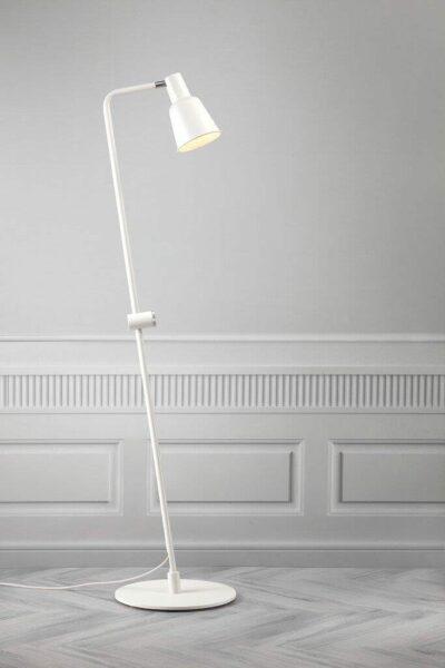 Nordlux Stehleuchte Patton Weiß geneigter Sockel Milieu